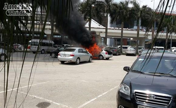 """Giữa trưa nắng, """"xế hộp"""" bốc cháy tại sân bay Nội Bài ảnh 2"""