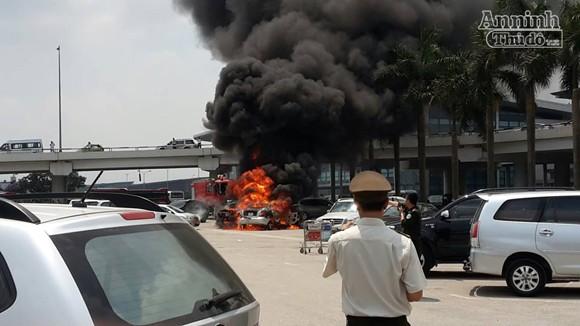"""Giữa trưa nắng, """"xế hộp"""" bốc cháy tại sân bay Nội Bài ảnh 3"""