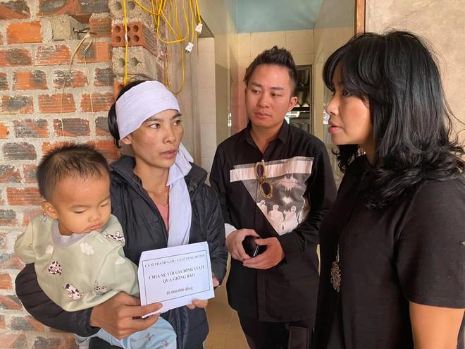 Thanh Lam, Tùng Dương nghẹn ngào khi trao quà cứu trợ người dân Hà Tĩnh ảnh 2