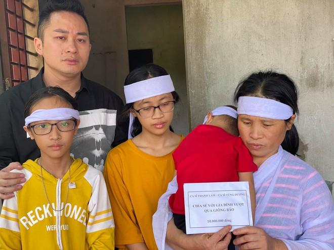 Thanh Lam, Tùng Dương nghẹn ngào khi trao quà cứu trợ người dân Hà Tĩnh ảnh 3