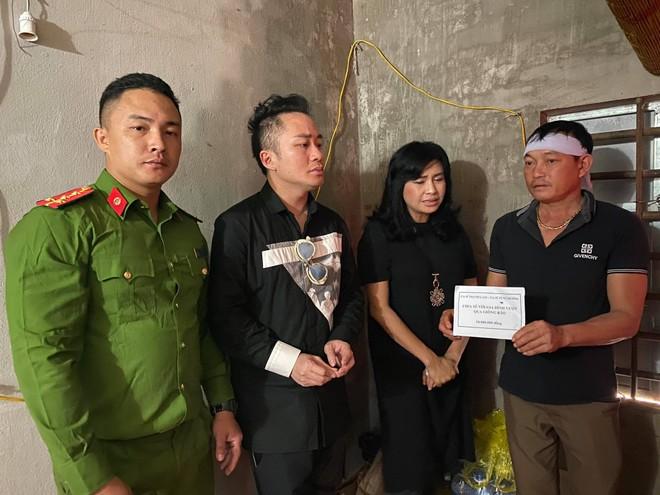 Thanh Lam, Tùng Dương nghẹn ngào khi trao quà cứu trợ người dân Hà Tĩnh ảnh 1