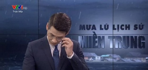 Xúc động khoảnh khắc BTV Tuấn Dương nghẹn ngào lau nước mắt khi dẫn cầu truyền hình về miền Trung ảnh 2