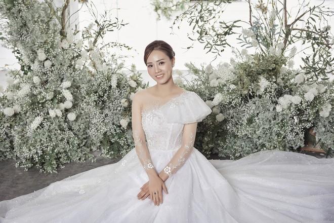10 năm sau khi kết hôn, Á hậu Thụy Vân lại mặc váy cô dâu ảnh 16