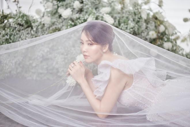 10 năm sau khi kết hôn, Á hậu Thụy Vân lại mặc váy cô dâu ảnh 7