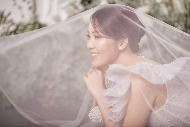 10 năm sau khi kết hôn, Á hậu Thụy Vân lại mặc váy cô dâu ảnh 6