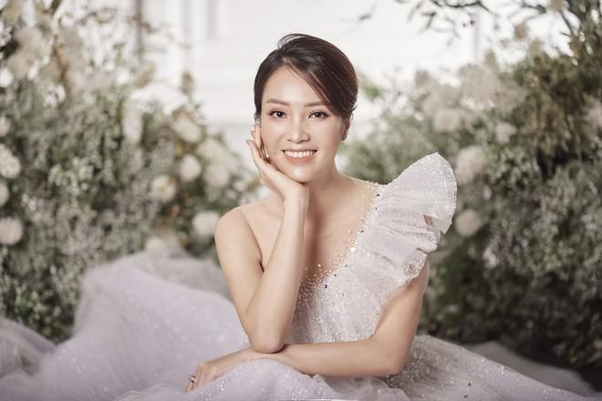 10 năm sau khi kết hôn, Á hậu Thụy Vân lại mặc váy cô dâu ảnh 1