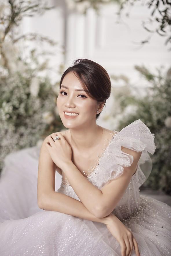 10 năm sau khi kết hôn, Á hậu Thụy Vân lại mặc váy cô dâu ảnh 5