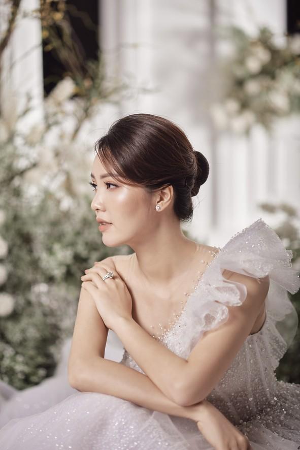 10 năm sau khi kết hôn, Á hậu Thụy Vân lại mặc váy cô dâu ảnh 4
