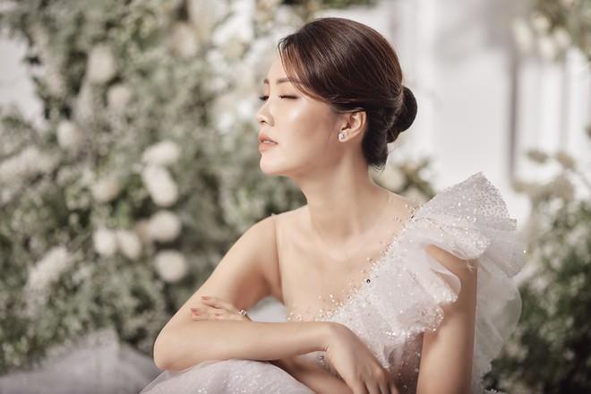 10 năm sau khi kết hôn, Á hậu Thụy Vân lại mặc váy cô dâu ảnh 3