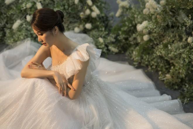 10 năm sau khi kết hôn, Á hậu Thụy Vân lại mặc váy cô dâu ảnh 8