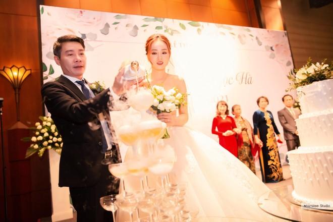 NSND Công Lý và cô dâu Ngọc Hà tại tiệc cưới diễn ra tối 2-1-2021