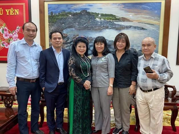 Trao tặng bộ sưu tập tranh về biển trời quê hương cho Viện Bảo tàng Phú Yên ảnh 1