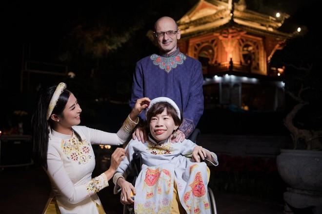 Hoa hậu Ngọc Hân mời người khuyết tật trình diễn áo dài ảnh 3