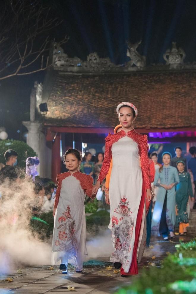 Hoa hậu Ngọc Hân mời người khuyết tật trình diễn áo dài ảnh 9