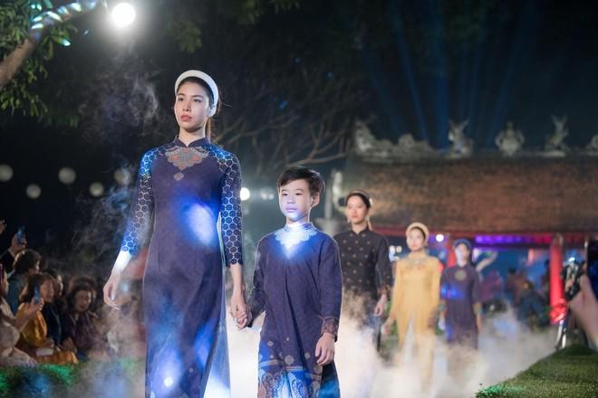 Hoa hậu Ngọc Hân mời người khuyết tật trình diễn áo dài ảnh 8