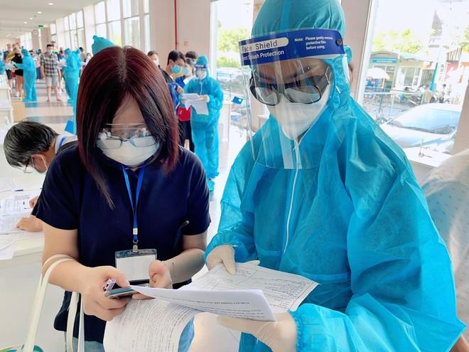 Hoa hậu Tiểu Vy làm tình nguyện viên hỗ trợ người dân tiêm vaccine chống Covid-19 ảnh 13