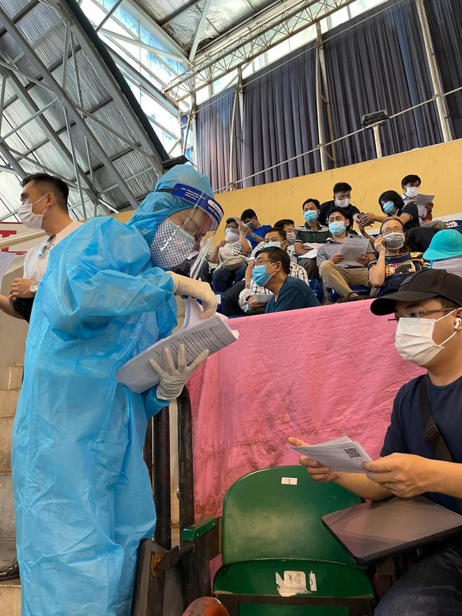 Hoa hậu Tiểu Vy làm tình nguyện viên hỗ trợ người dân tiêm vaccine chống Covid-19 ảnh 12