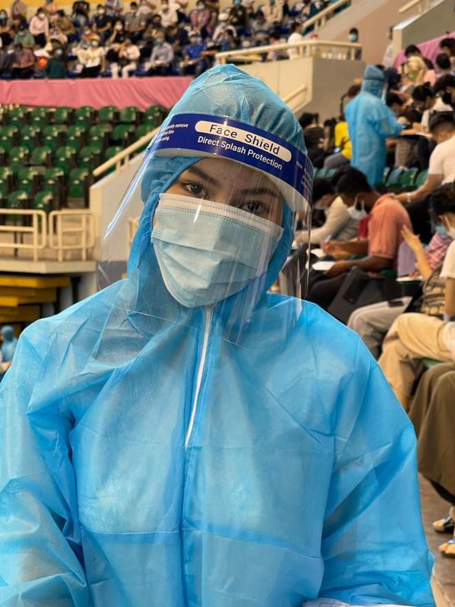 Hoa hậu Tiểu Vy làm tình nguyện viên hỗ trợ người dân tiêm vaccine chống Covid-19 ảnh 9