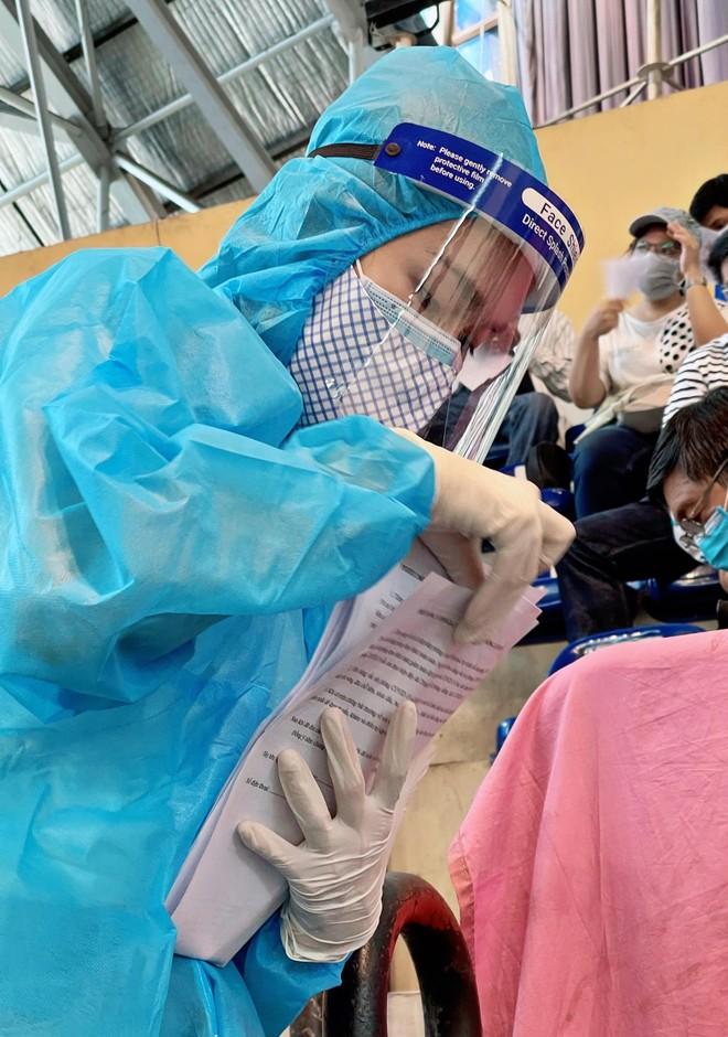 Hoa hậu Tiểu Vy làm tình nguyện viên hỗ trợ người dân tiêm vaccine chống Covid-19 ảnh 6