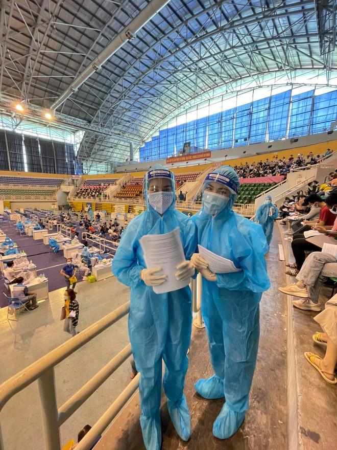 Hoa hậu Tiểu Vy làm tình nguyện viên hỗ trợ người dân tiêm vaccine chống Covid-19 ảnh 7