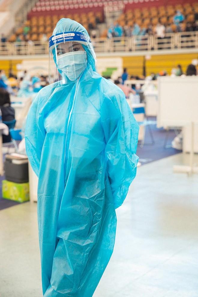 Hoa hậu Tiểu Vy làm tình nguyện viên hỗ trợ người dân tiêm vaccine chống Covid-19 ảnh 1