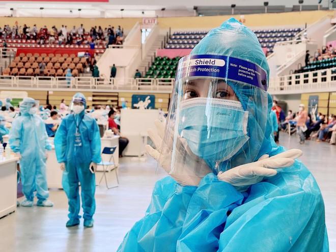 Hoa hậu Tiểu Vy làm tình nguyện viên hỗ trợ người dân tiêm vaccine chống Covid-19 ảnh 3