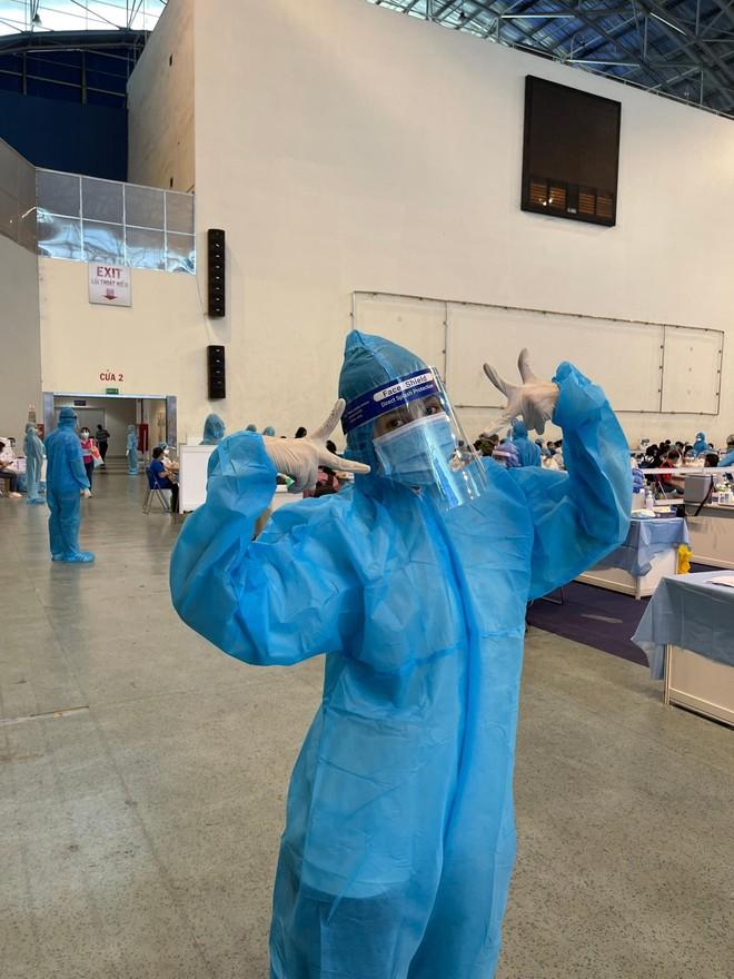 Hoa hậu Tiểu Vy làm tình nguyện viên hỗ trợ người dân tiêm vaccine chống Covid-19 ảnh 4