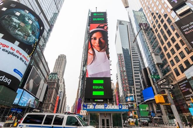 Hình ảnh của nữ Rapper Suboi xuất hiện tại quảng trường lớn nhất nước Mỹ ảnh 1