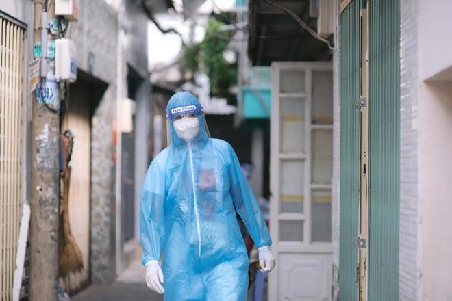 Hoa hậu H'hen Niê gõ cửa mời người dân đi lấy mẫu xét nghiệm Covid-19 ảnh 1