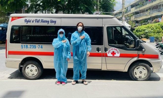 Vợ chồng Việt Hương mua xe cứu thương thứ 4 hỗ trợ chống dịch