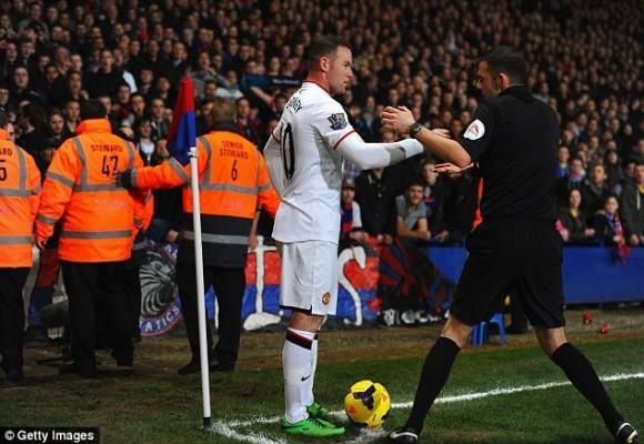 """Đến lượt Rooney bị CĐV """"không kích"""" bằng tiền xu ảnh 1"""