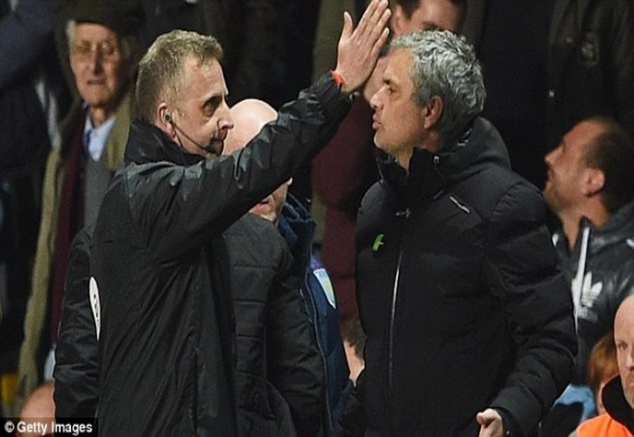 Trắng tay rời sân Aston Villa, Jose Mourinho quay ra mỉa mai trọng tài ảnh 1
