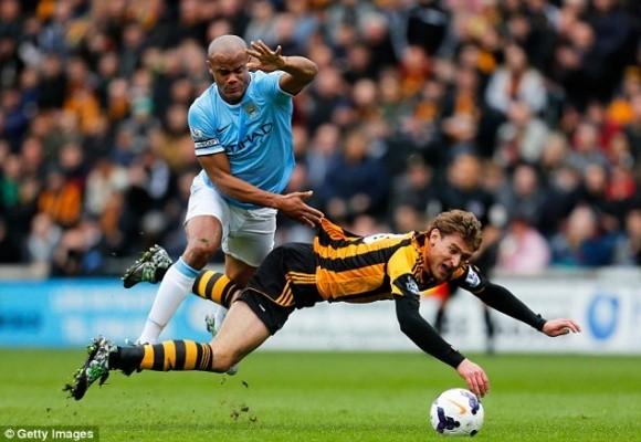 """Bị đuổi sau 10 phút, đội trưởng Man City """"phá"""" sân đối phương ảnh 1"""