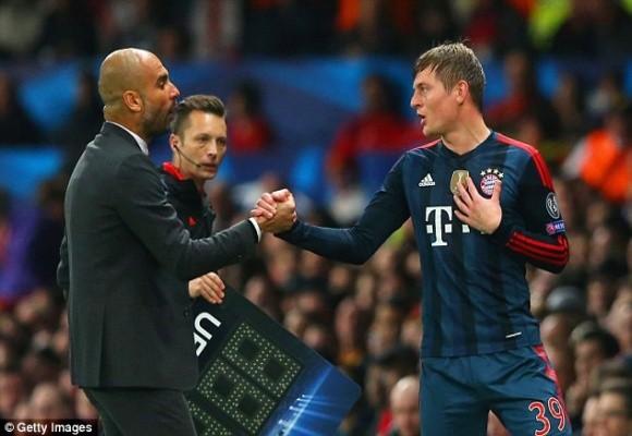 """Toni Kroos """"hục hặc"""" với HLV Pep Guardiola khi rời sân ảnh 1"""