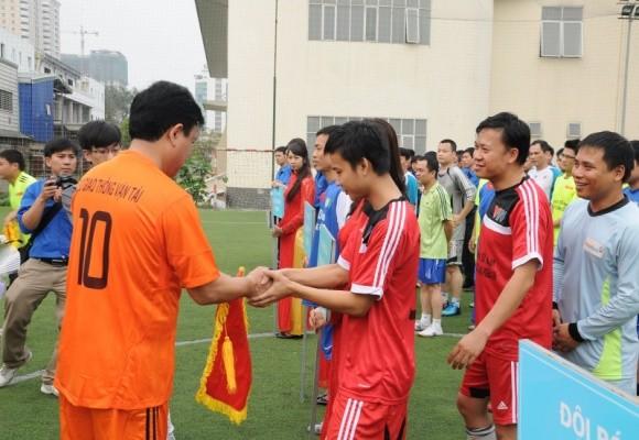 Bộ trưởng Đinh La Thăng sát cánh cùng các cựu danh thủ giành cúp vô địch ảnh 2