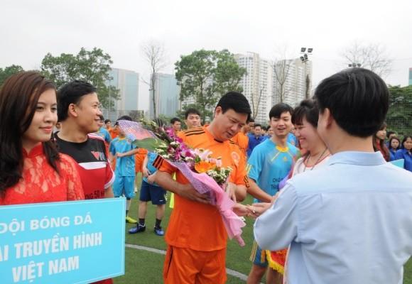 Bộ trưởng Đinh La Thăng sát cánh cùng các cựu danh thủ giành cúp vô địch ảnh 3