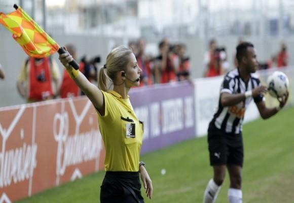 LĐBĐ Brazil khốn đốn vì nữ trợ lý trọng tài xinh đẹp gây sốt trên mạng ảnh 1