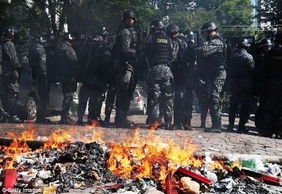 Sốc: Bạo loạn trên đường phố Brazil vì phản đối World Cup ảnh 3