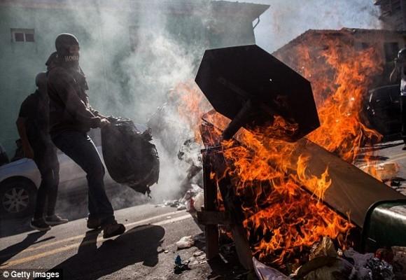 Sốc: Bạo loạn trên đường phố Brazil vì phản đối World Cup ảnh 6