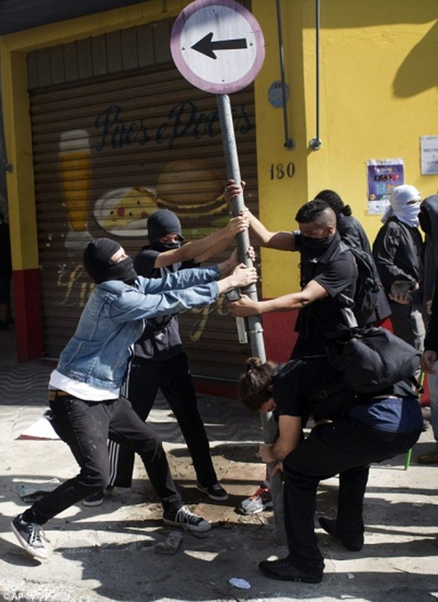 Sốc: Bạo loạn trên đường phố Brazil vì phản đối World Cup ảnh 5
