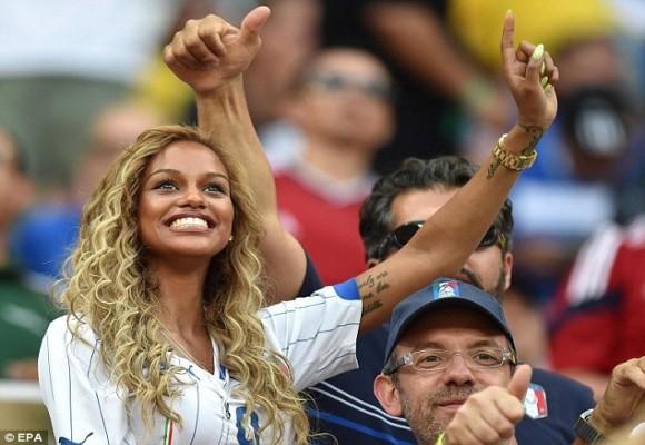 """Hôn phu siêu mẫu của Balotelli làm """"nóng"""" khán đài Amazonia Arena ảnh 2"""