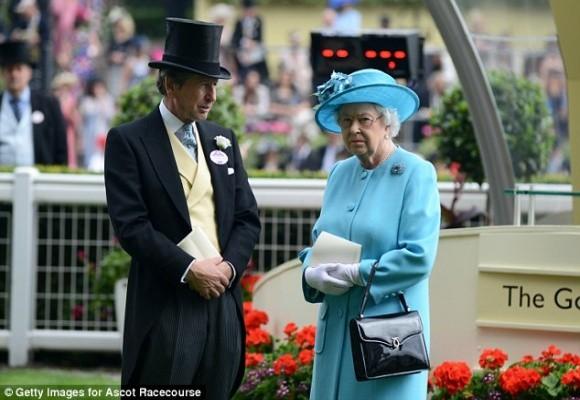 Balotelli lại gây sốc khi muốn được hôn… Nữ hoàng Anh ảnh 2