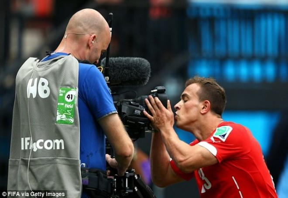 Shaqiri lập hat-trick, Thụy Sĩ theo Pháp vào vòng 16 đội ảnh 3