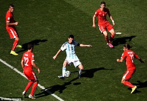 5 phút kịch tính trong hiệp phụ và thần may mắn đưa Argentina vào tứ kết ảnh 1