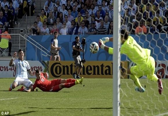 5 phút kịch tính trong hiệp phụ và thần may mắn đưa Argentina vào tứ kết ảnh 3