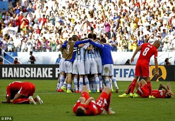 5 phút kịch tính trong hiệp phụ và thần may mắn đưa Argentina vào tứ kết ảnh 5