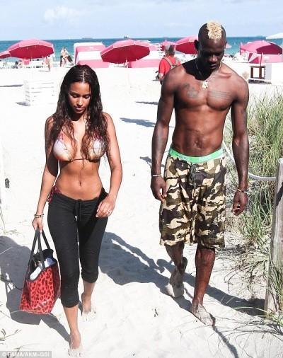 """Bồ siêu mẫu của Balotelli khoe ngực """"khủng"""" bên bãi biển ảnh 1"""