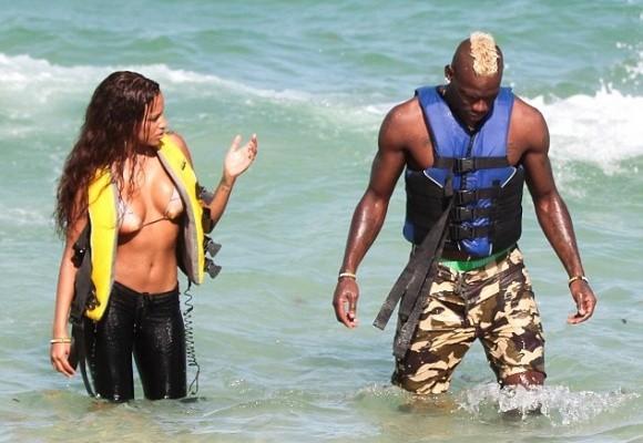 """Bồ siêu mẫu của Balotelli khoe ngực """"khủng"""" bên bãi biển ảnh 2"""
