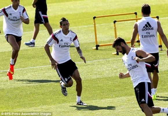 """Ngắm Rô """"điệu"""" khoe đùi, Bale đọ bụng 6 múi trên sân tập ảnh 4"""