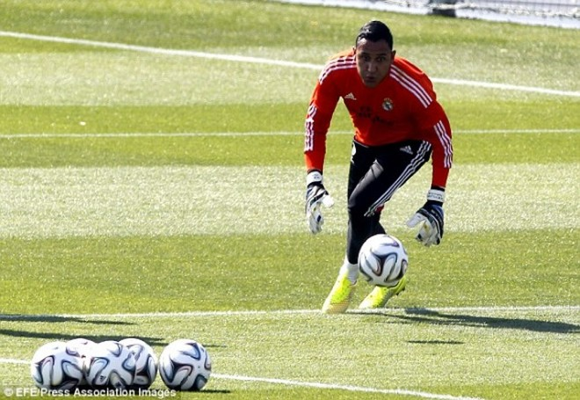 """Ngắm Rô """"điệu"""" khoe đùi, Bale đọ bụng 6 múi trên sân tập ảnh 5"""